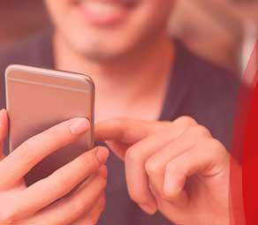 uma pessoa usando um aparelho celular