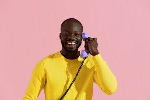 homem segurando telefone fixo vivo