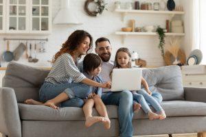 família reunida no computador